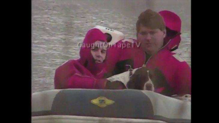 冷たい水と氷から犬を救出。